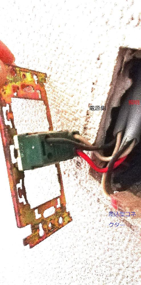 電球を人感夜間センサーライトに変更したため 三路スイッチの必要が無くなりました。 スイッチ自体必要ないのですが一応切れるように 片切りに変更したいと思っております。 三芯線が照明側で赤いコードを断線処理すれば 良いでしょうか?