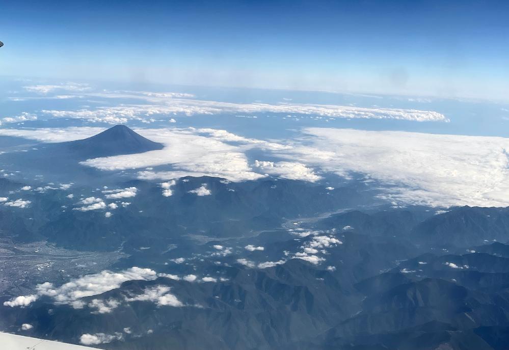 これは富士山ですか? 仙台から大阪伊丹へのフライトで離陸から約3〜40分後に見えたこの山は富士山でしょうか? その右手一帯に見える山々は何山脈ですか?