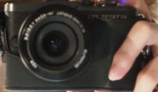 フィルムカメラについて質問です。 この画像のフィルムカメラがどこのものか分かりますか?ライカっぽい気がしたんですが違う気がして… 分かる方がいれば回答よろしくお願いしますm(_ _)m