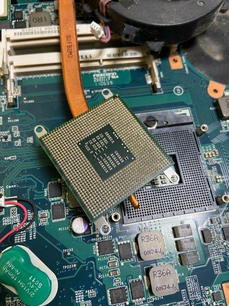 ノートパソコンのヒートシンクなのですが、これはCPUがグリスでくっついてしまってるんでしょうか?引っ張てもとれません