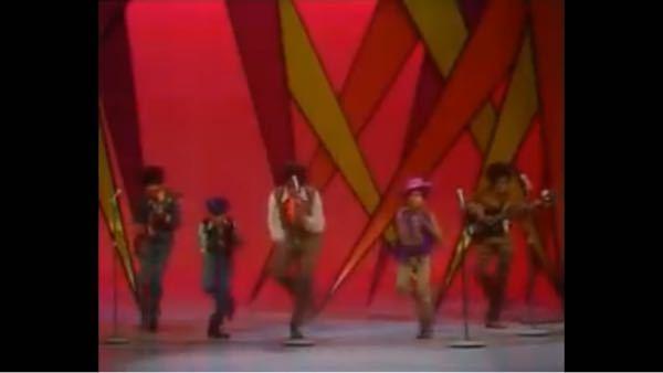 Jackson5のI want you back の動画なんですが、ジャーメインジャクソンさんがどの人分かりません!教えてください!
