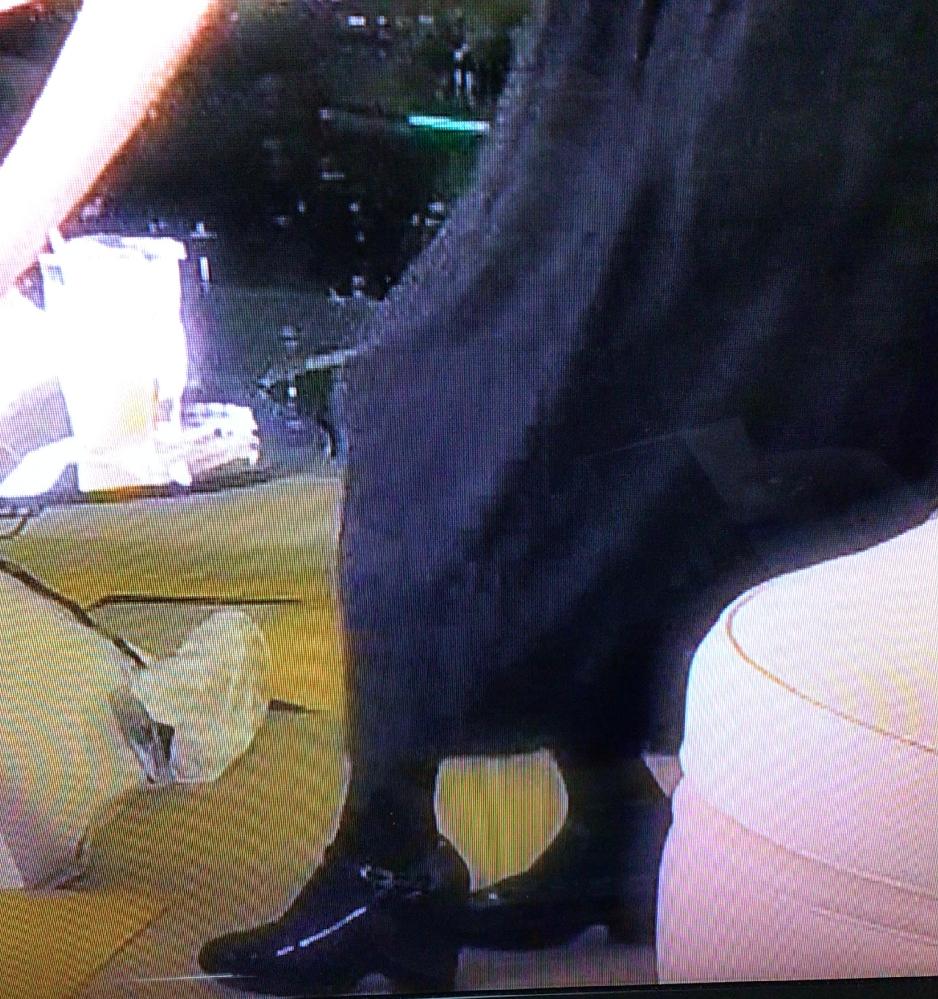 松田聖子さんのファッションについてです。 先日『夜会』という番組に出て、櫻井くんと対談していました。 エレガント系の清楚なワンピースでした。 黒いタイツをはいて、こういう靴(ヒールが太くて低い)を合わせるのを、何系ファッションといいますか? こういうワンピースだと、透明のストッキングに、ヒールが高くて細いエレガント系のパンプスを合わせるのが多いような気がしますが、それだと平凡になってしまいますが・・・ 数年前、『嵐にしやがれ』という番組に出た時も、黒いフレアのワンピースに、同じく、黒いタイツに、黒のヒール太くて低い靴を合わせていました。 それと、ワンピースはどこのブランドかわかりますか?