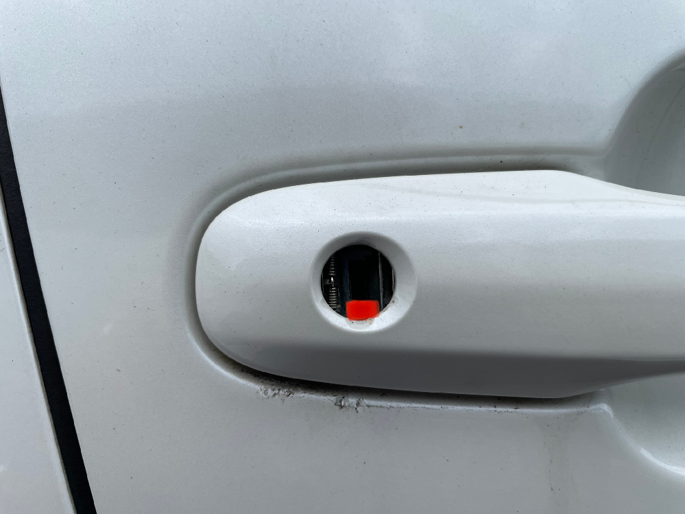 プリウス盗難について。 2016年式プリウスですが、本日乗ろうとしたところ、鍵穴のところがこじ開けようとしているようになっていました。鍵穴がむき出しになっており、キーナンバーが見える状態になって...