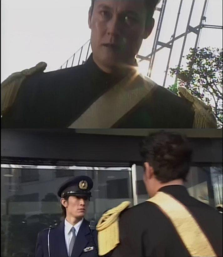 仮面ライダークウガの44話でガドルが警察署に入ろうとしただけで 警官に止められていたのは何故ですか? まだ人間体だったし、免許の更新に来たいかついおっさんかもしれませんよね?