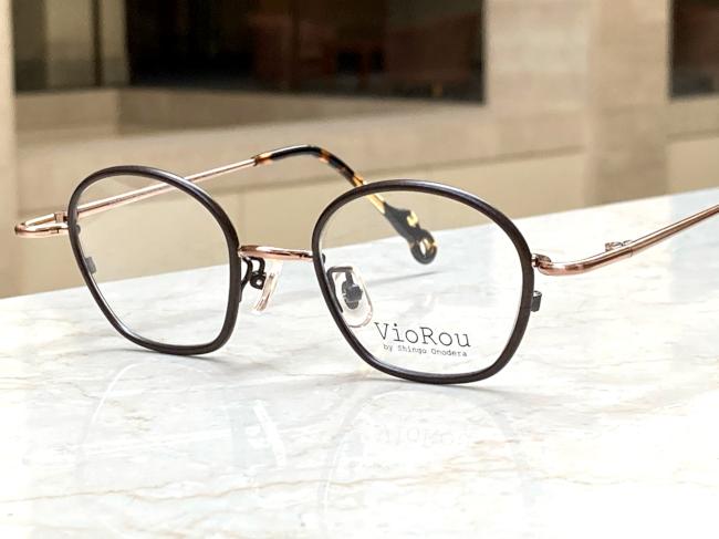 眼鏡屋の店員さんがお勧めしてくれたメガネなのですが、奇抜過ぎるでしょうか? 店員さんによると、このフレームは小顔の人にお勧めなんだそうです。 私は背が低いので、人より顔が小さい可能性はあると思います。