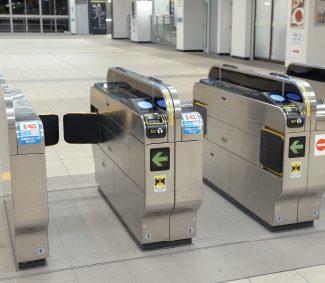 大喜利 格好いい自動改札機の通り方を教えてください