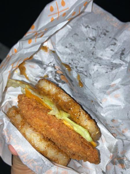 マックのごはんチキン にんにく黒胡椒を買ったのですがこれソース少なくないですか? チキンがほぼ味しませんでした。 マクドナルド ごはんバーガー