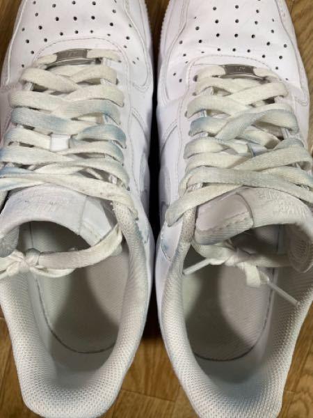 エアフォース1の白を履いています。 デニムの色がスニーカーの紐と紐以外の皮の部分にうつってしまいました。 どーしたら白に戻せますか?? 教えてください。。。