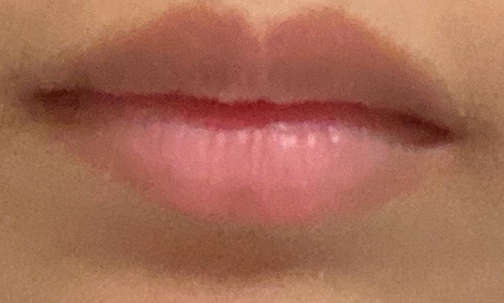 私の唇は客観的に見てどうですか? 分厚い唇がコンプレックスです。 私の唇は分厚い上に、横幅が無く小さいです。 顔の写真を撮った時に唇が目立ってしまいます。