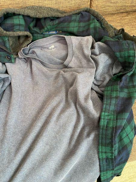 メンズファッションに詳しい方、至急教えてください、 画像のような色の組み合わせは変でしょうか。 深緑色のチェックの上着に、中は薄めの紺色?のようなロンTです。