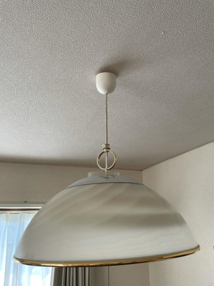 賃貸に住み始めました。 ライトが好みではない上に少し外れているので、気に入ったものに交換したいと考えています。こちらは天井を傷つけたり工事なしで外して、新しいものをつけることはできるものなのでしょうか?