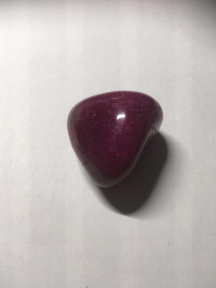 この石はなんですか? 数年前に買った石です。 濃いピンク色をしています。 灰色の部分もあったりします。