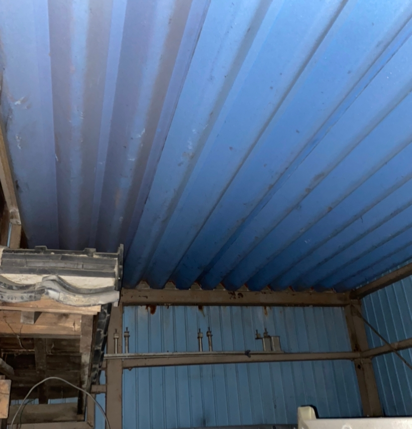 このような場所に小さな部屋を作りたいと思っています。 天井を張って石膏ボードを貼りたいと思っているのですが、その下地はどのようにすれば良いのでしょうか? 調べたところ垂木や軽転材を吊るのが一般的なようですが、どうすれば良いか分かりません。 よろしくお願いします。