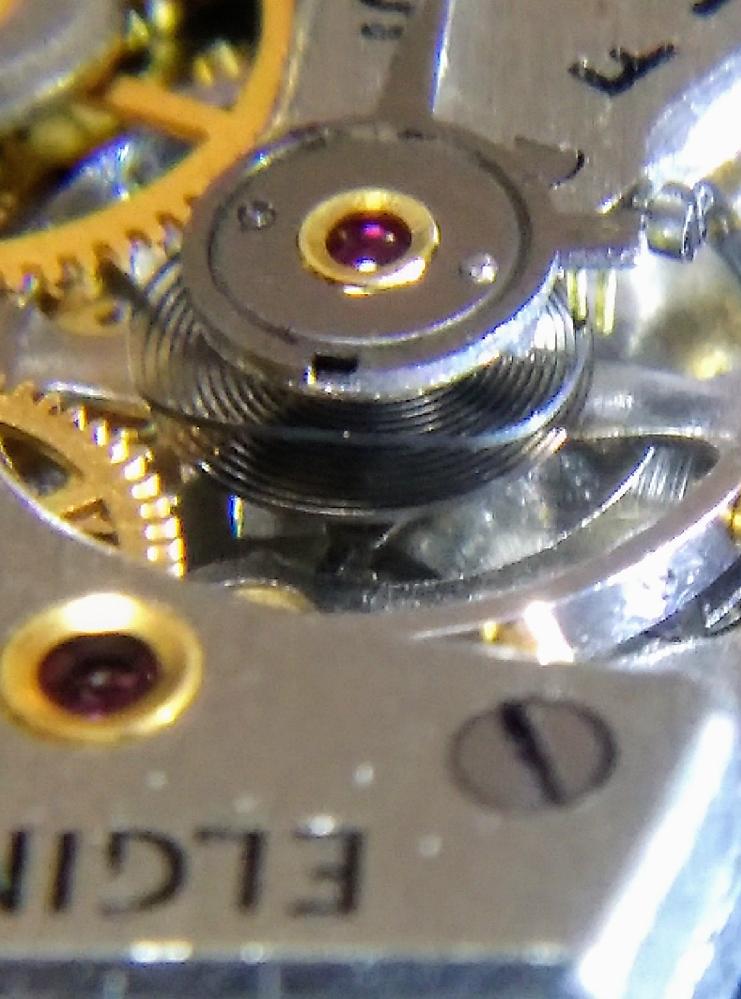 昔のエルジンの手巻き時計を数本頂きましたが、時間が進むためヒゲゼンマイに問題が有るのだろうと思い、見ると曲がっていたので、円状に曲げ直してしまったのですが、もしかして、 元々こんな形なのかと思い調べたら、ブレゲヒゲに似てるのですが、これはブレゲヒゲだったのでしょうか? 画像は他のエルジンの手巻きのヒゲゼンマイですが、これを曲がってる物と思い修正しちゃいました。