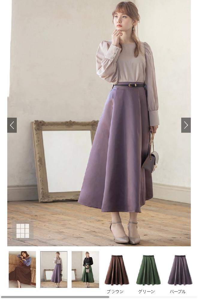夜の少しお高めのディナーでこの服装はカジュアルすぎますか?上がピンクで下がブラウンのスカートです!