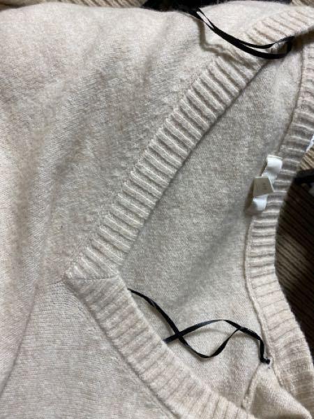 H&Mのニットベストの両肩に黒い紐?がありました。これなんですか?? 何かのために使うんですか?