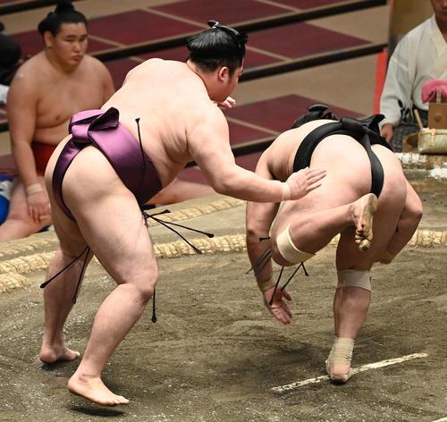 この人はある意味で相撲界のWinkでしょうか? 日付変わり10月19日は迫手風部屋の遠藤が31歳なんですね誕生日 Winkってのは相田翔子さんと鈴木早智子さんの二人組でよく無表情って言われてた...
