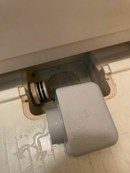 大切な指輪を落としてしまいました。 浴槽の下に転がってしまったようで浴槽にお湯を溜め一気に流しても流れてきません。 落としてしまいすぐ排水溝の掃除等しました。 排水溝のタイプはこれです。 何か方法はありませんか?