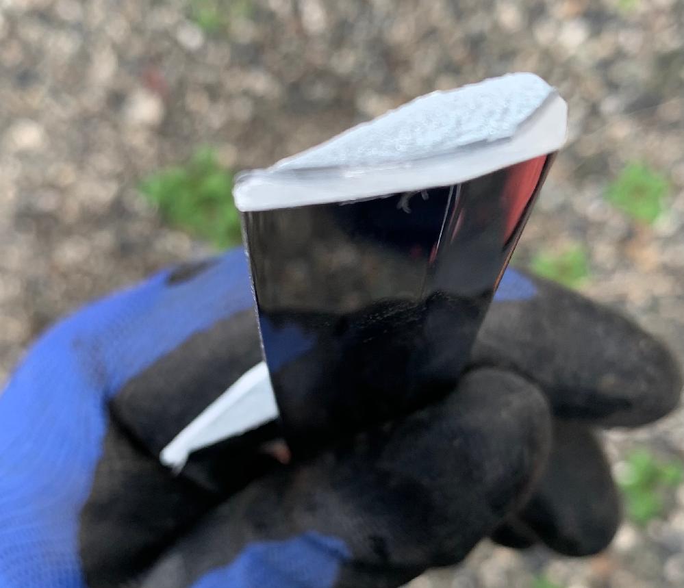 昔の居間などによく額に入って飾ってあった小判とか刀なんかの飾りなのですが粗大ゴミに出そうと分解してました。 刀が金属でできていてこれは出してはまずいかなと思いグラインダーで小さく切りました。 この材質についてなんですがグラインダーで火花は出ませんでした。 アルミみたいなんですが結構重量があり断面は鋳物のようです。 表面はメッキでした。 安いものだとは思いますが材質が知りたいです。 よろしくお願いします。