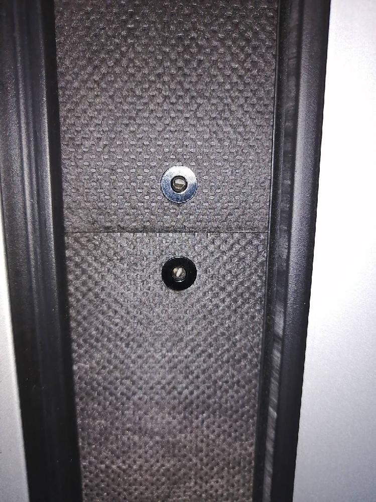 特殊工具 特殊ネジ ビス この形状のネジを開ける工具を教えてください。 玄関ドア かまち カバー リクシル 玄関ドア リモコンで解錠するタイプのかまちカバーを留めてあるビス ネジ?を開ける工具を教えてください。 玄関ドア のロックがかかるかまちにカバーがかぶせてありネジで留めてあります。 そのネジは六角レンチで開けるのかと思いきや六角の角がなく円形で奥に半円の凹みがあります。 先端が特殊なドライバーなのでしょうか? 画像を載せますのでお詳しい方ぜひ教えてくださいm(_ _)m