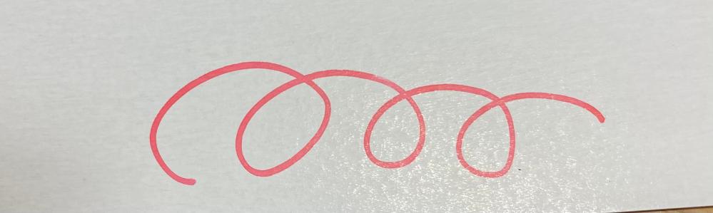 スペアー式サインペンの赤に付属しているインクは、真っ赤ではなくてこのようなピンクっぽい色をしていますか?