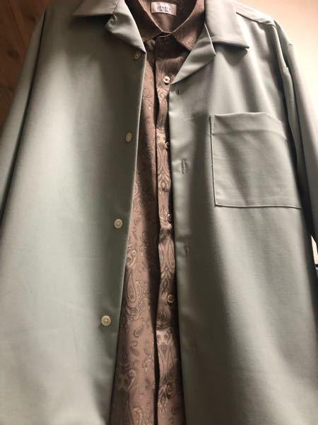 ファッションについての質問です! スモークグリーンのオープンカラーシャツ(長袖)と少し緑がかったカーキの柄シャツの組み合わせなんですけど変じゃないですか?ダサいですか? パンツは無難に黒、グレー、濃いめのネイビーのスラックスで合わせようと思ってます。 よろしくお願いします!