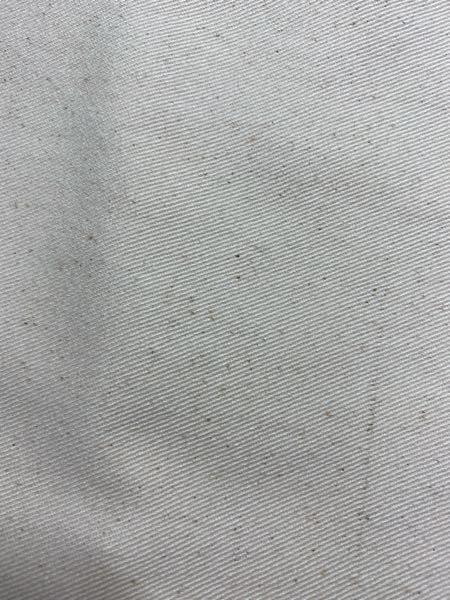 新品で買った白パンツなんですけど、繊維に黒い斑点(?)のようなものが付いていたんですけどこれって汚れとかですか?分かる方いたら教えてください!