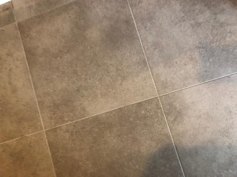 新居の洗面台とトイレの床材が、石材? のようなザラザラしたタイルです。この名称ご存知の方いらっしゃいますでしょうか。 また、紙製の掃除ペーパー(クイックルワイパーなど)を使うと破れてしまうのですが、何か良い掃除方法はないでしょうか。