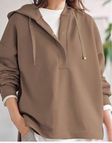 色は違うんですけど、こういう服装はカジュアルすぎますか? バイト先でカジュアルすぎる服装はダメと言われているのですが、これはカジュアル過ぎですか?
