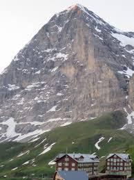 登山歴8年の初心者ですが、今度、アイガー北壁に挑戦しようかなと思います。 全身モンベルで登れますか? ふだんは栂池自然園とか八方池が多いです。