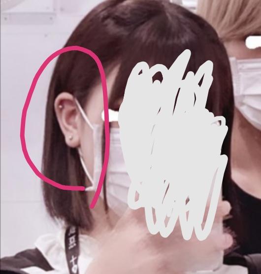 ピアスを開けようと思っている高1です。 ピアスをあける参考にしたいと思うので教えて下さい。 画像の人の耳のピアスは上と下のピアス、それぞれどれくらいの大きさですか?