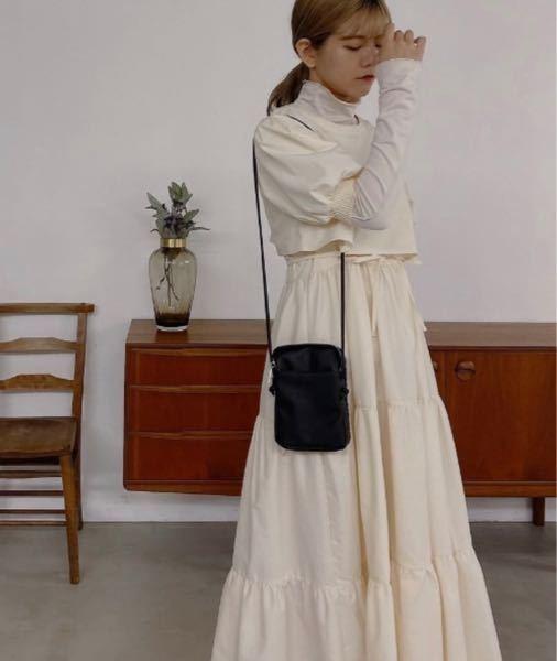 結婚式の参列について。 来月友人の結婚式があります。 アイボリーのドレスで迷っていて、小物(鞄や靴)は黒にしようと思っています。 白っぽいドレスは、花嫁とかぶるので NGとのことですが、小物を黒にしても NGなのでしょうか(;_;) こういう感じです▼