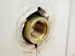 在来工法の浴室の水栓交換を予定しています。 インターネットで手順は確認したのですが、 気になっていることがあります。 配管にザルボを接続して、壁と面を合わせますが、 ザルボと壁の間は埋めなくても大丈夫なのでしょうか。 水栓のザガネまわりは基本的にコーキングしないと聞きまして、 壁をつたってザガネまわりから水が壁裏に入ってしまわないのか 気になっています。 ザガネまわりにコーキングをしないのは、 万が一、水漏れがあった時に分かり易いからと聞きました。 それであれば逆に壁から中にも水が入りますよね…? ご存知の方、ぜひ教えてください。 よろしくお願いいたします。
