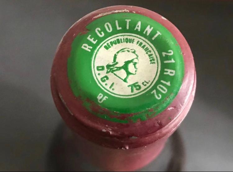 フランスワインのキャップにある「マリアンヌ」の読み方について フランスワインのキャップには、添付した画像ののようなシールが貼られていることがありますが、こちらはフランスの酒税を収めたことを証明するものだということは存じているのですが、この見方が分かりません。 この画像の場合、 「21」がエリアコード 「102」が製造者番号 のようなのですが、それぞれの数字がどこのものなのかが、各方面を調べても分からず、もしご存じの方がいらっしゃったら教えて頂けると嬉しいです。 どうぞよろしくお願い致します。