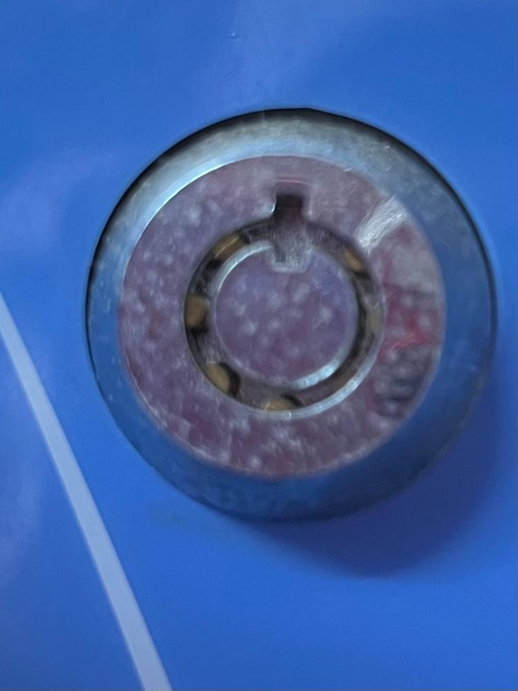 この鍵穴に合う鍵を探しています。 どの種類かわかる方教えてください。