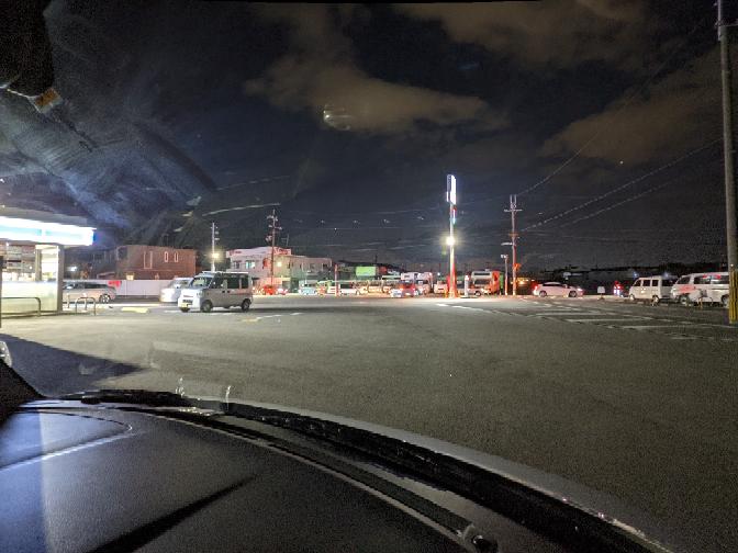 いまこのだだっ広いコンビニの駐車場のど真ん中を、3歳くらいの女の子が走っていきました。 えっ!?と思ったら後ろからゆっくり夫婦とお母さんと手をつないでる5歳くらいの子が来ました。 もし左側に止めてる車のすぐ後ろに面白いものを見つけて座ったら絶対分からないと思いました。 これでもバックしてきた車が引いて死んでしまったら、過失運転致死傷罪で逮捕されるんですか? 執行猶予は付きますか?