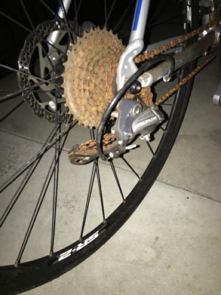 クロスバイクの修理について。 4ヶ月前に自転車が盗まれましたが、今日近くの公園のフェンスに括り付けられているのを警察が発見し戻ってきました。 かなり変わり果てており、盗んだ奴が雑な乗り方をしていたようで画像のようにチェーンが曲がっています。 押して歩こうとしても引っかかって進まないです。 これを修理するのはいくら程かかるでしょうか。 ジャイアントのescape RX discです