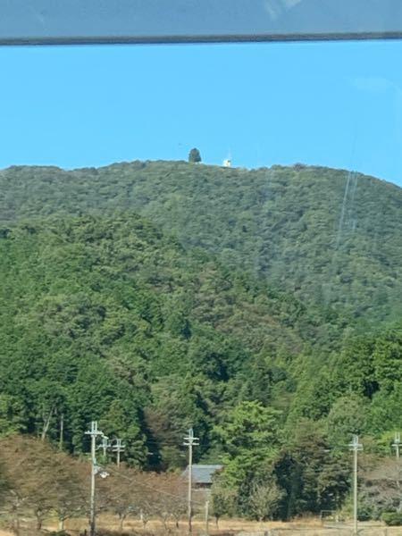 関ヶ原から米原に行く道にある山(伊吹山??)の頂上にあるこれってなんですか??お城ですか??
