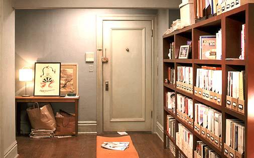 ひと昔前になりますが、SATCのキャリーの部屋にあるアートがずっと気になっています。 リボンと財布?のこちらのアートで、作品名や、作者など分かりましたらお願いします。 ずっと検索したり探していま...