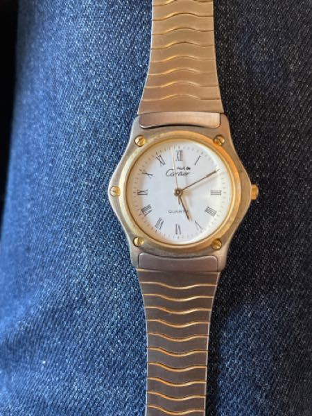 cartierの時計についてです。 家の掃除をしているとmust de cartierとゆう時計が出てきたのですが、これは偽物でしょうか? 裏蓋の刻印などもなくベルトは替えベルトだとおもうのですが、どなたかわかる方教えていただけますか。