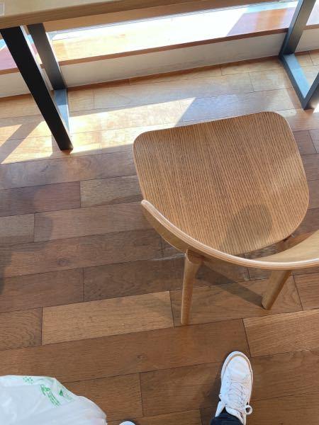 図書館の椅子です。この椅子はどこで作られてるか分かりますか?