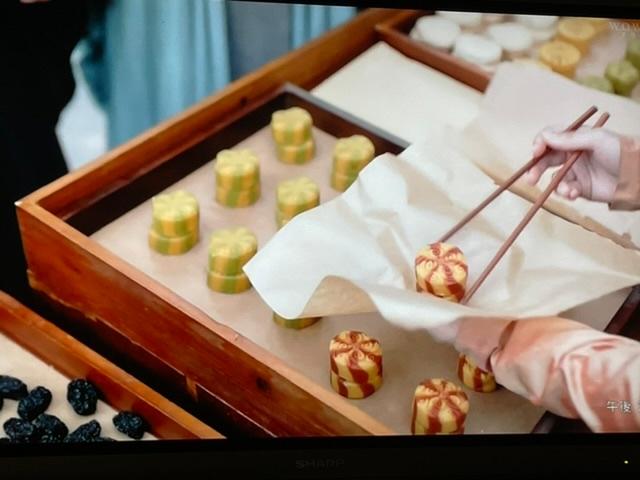 このお菓子の名前教えて頂けますか? 中国ドラマの山河令のワンシーンです出てきたお菓子です。 中国で売ってるのでしょうか?もしかして、ドラマ内でだけの架空のお菓子でしょうか? どうぞ宜しくお願いします。