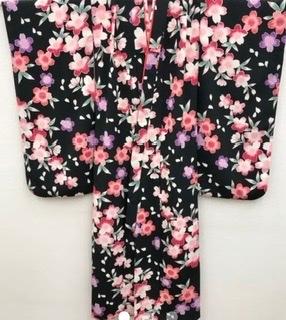 七五三の帯揚げ、しごき、丸くげの色を教えて下さい。 着物は黒地に色とりどりの花。 帯は白地にピンクの花です。 宜しくお願いします。