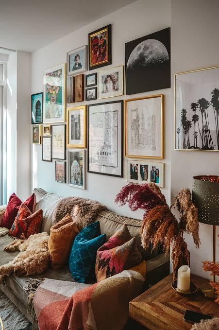 一般的に賃貸マンションで壁に画鋲はオッケーとされていますが、この写真くらいの数はやりすぎでしょうか?あなたがオーナーだったら許容しますか?