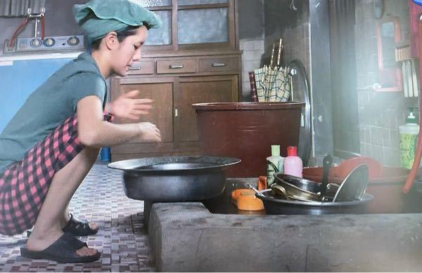 韓国でシャワーはいつからありますか? 応答せよ1988というドラマで、半地下で暮らしている人が、このように炊事場で頭を洗うシーンがあったのですが、体はどこで洗っているのか気になりました。 韓国...
