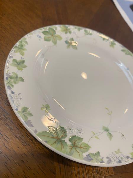 馬鹿なので教えてください このよくあるお皿はガラスですか? そしてガラスはレンジで使っても大丈夫ですか? 毎回電子レンジでやらかすのでお願いします