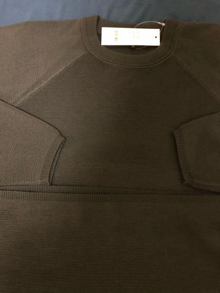 至急)このニットは安っぽいですか? ZOZOTOWNで買ったニットが写真と違う感じで、裾や袖、肩の線などが安っぽく見えると思ったのですが、どう思いますか?