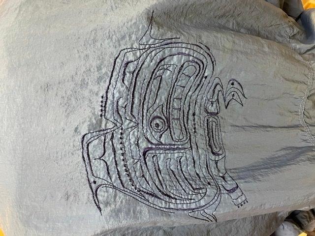 初めまして。 今日古着屋で、nike acg のナイロンジャケットを買いました。 背中に模様(刺繍)があり、検索しても出てきません。この刺繍にはどのような意味があるのか、またできれば何年代のも...
