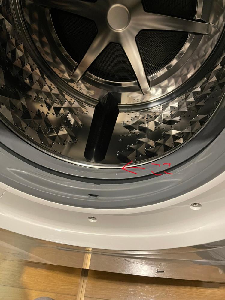 Panasonicの洗濯機NA-VX300BLについて 画像の隙間にボタンが入り込んでしまったんですが取り出す方法はありますか?