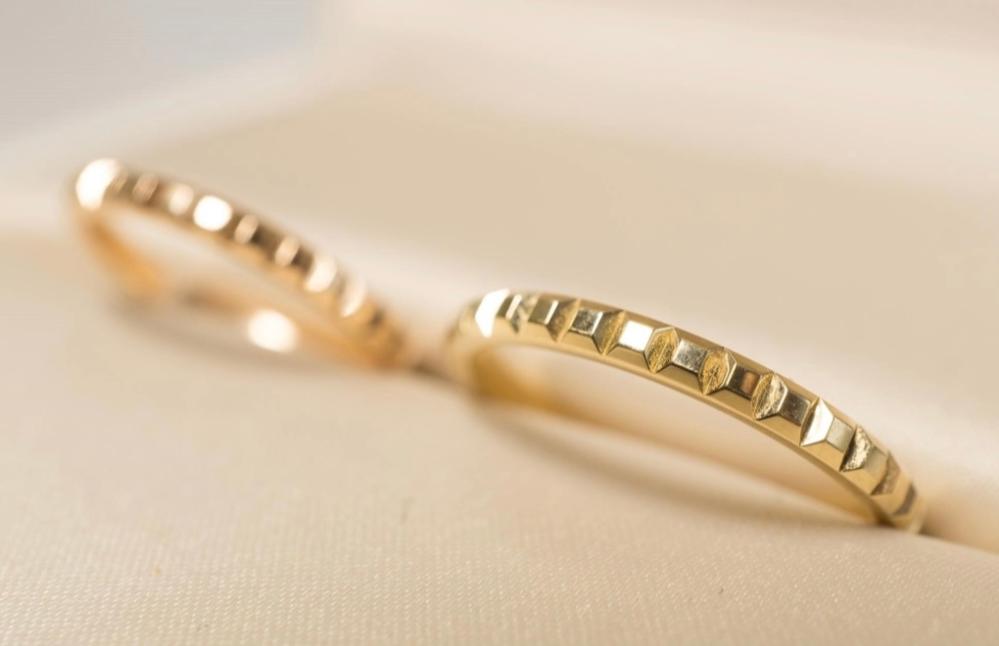 この画像の結婚指輪はどこのブランドのものですか? 全く同じでなくても似たものをご存知でしたら教えてください。 お願いします。